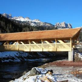 Ponte ciclopedonale coperto in legno con luce di circa 30 m